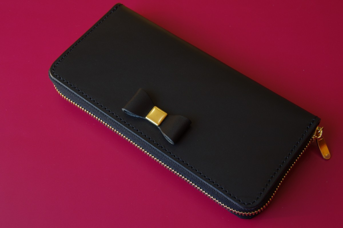 ブッテーロブラックのリボンつき長財布